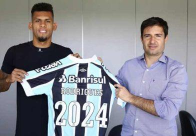 Zagueiro Rodrigues acerta renovação com o Grêmio até dezembro de 2024