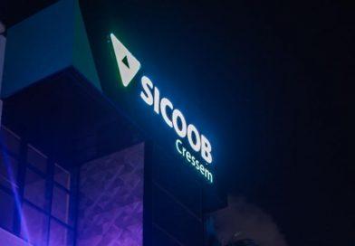 Sicoob Cressem ilumina prédio no Outubro Rosa para conscientização da importância da mamografia