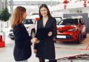 Quanto que um vendedor de carros ganha por mês?