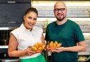 Em ritmo de festa junina, Juliana Nicoli, do 'Masterchef Brasil', ensina bolinho caipira com o youtuber Glauber Britto